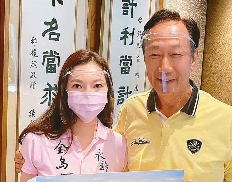 鴻海創辦人郭台銘要購買500萬劑BNT/輝瑞疫苗捐給台灣,而且要拚6月到貨。圖為鴻海創辦人郭台銘(右)與夫人曾馨瑩。圖/永齡基金會提供