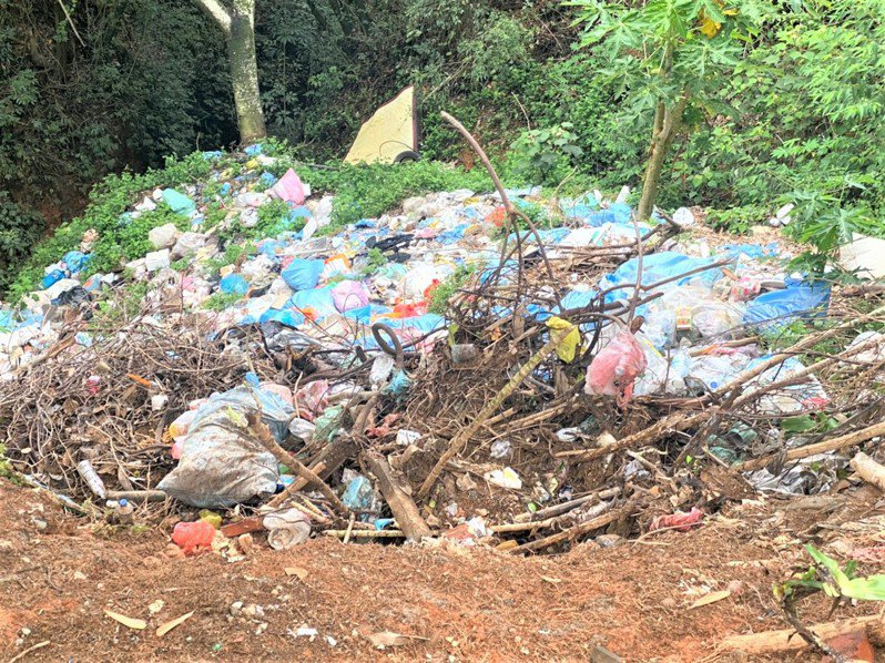 南投縣埔里鎮合成里大坪頂山區又見「垃圾瀑布」,恐汙染下游用水及生態環境。圖/讀者提供