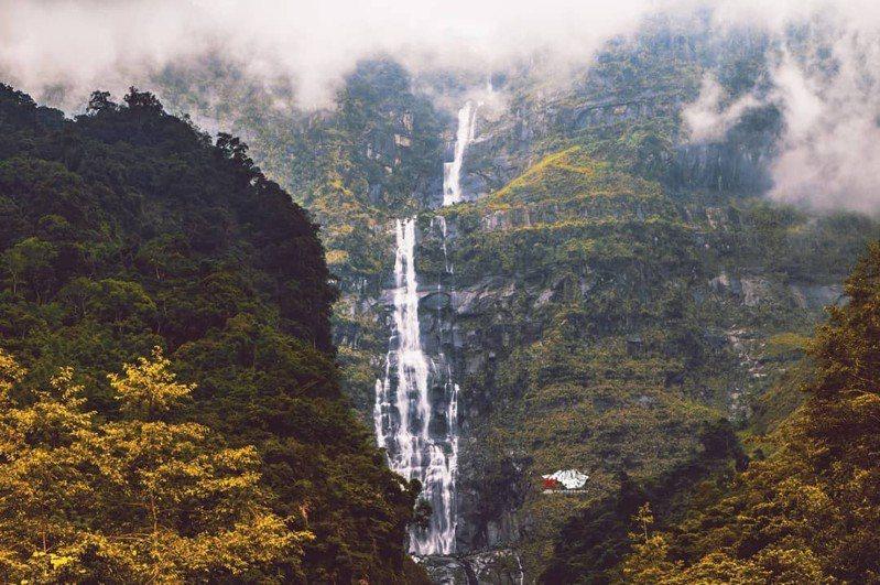 蛟龍瀑布懸掛在高達1600公尺的懸崖絕壁上,落差846公尺,水量豐沛時,可見瀑布分作兩層俯衝而下,猶如白色巨龍。圖/w_photo_cytw 提供