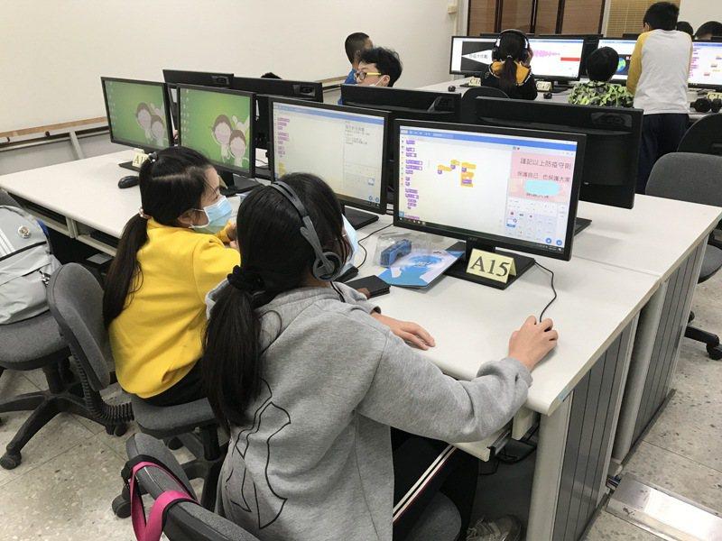 台南市參加教育部舉辦的「全國貓咪盃SCRATCH競賽」,女學生表現亮眼。圖/台南市教育局提供