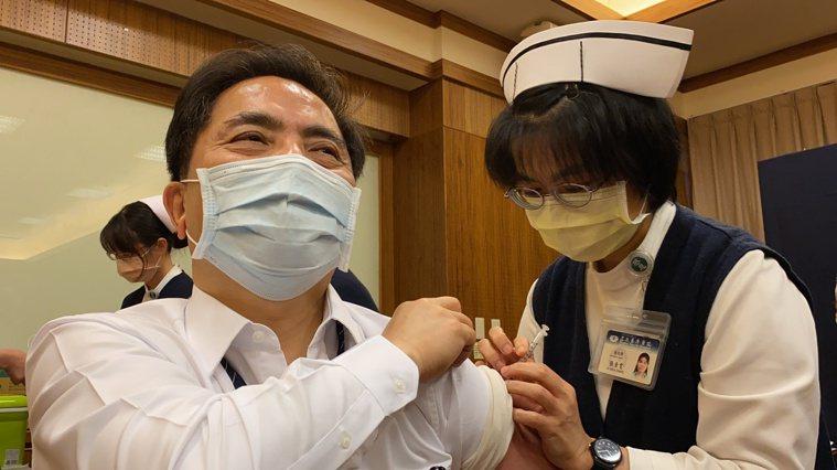花蓮慈濟醫院院長林欣榮今天表示,在購買疫苗上,透過美國慈濟分會接洽,會以美國、德...