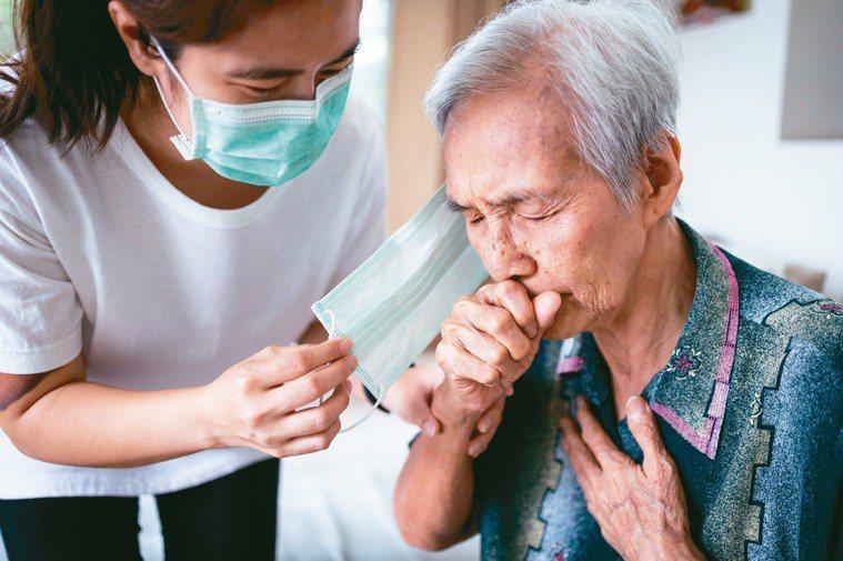 長輩常發生吞嚥困難,專家提醒可能有吸入性肺炎風險。示意圖,非新聞當事人。圖/12...