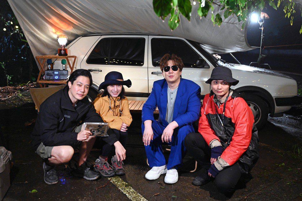 蕭煌奇(右二)和薛仕凌(左起)、葉辰莛、導演殷振豪合作。圖/環球音樂提供