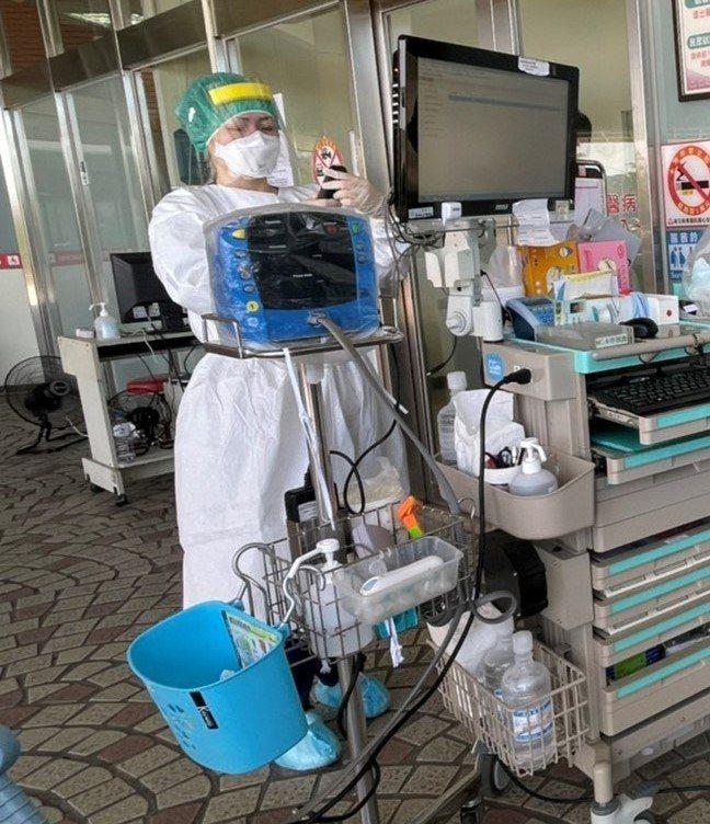麻豆新樓醫院從5月中旬疫情爆發後,急診檢傷站就移到戶外,高溫下護理人員還要包得密...