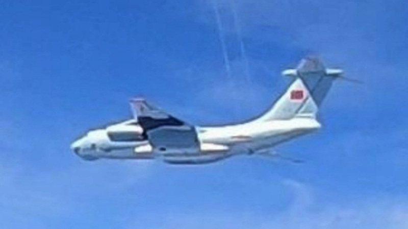 馬來西亞皇家空軍5月31日下午緊急出動戰機,攔截已接近侵犯東馬砂勞越州附近空域的16架中共解放軍軍機,圖為馬國釋出飛官從戰機座艙內拍到的解放軍伊爾-76型運輸機。路透/EYEPRESS/Royal Malaysian Air Force