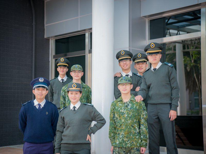 出身軍官世家的郝紹凱(前排左一)經由ROTC方案取得加入空軍的機會。圖為檔案照,為全國疫情三級警戒前所拍攝。圖/明新科大提供