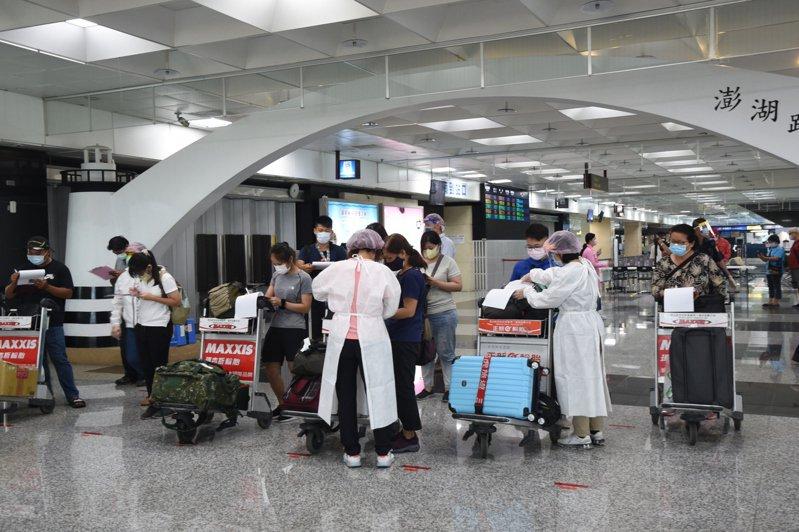 澎湖機場入境旅客在縣府宣導下,全數配合快篩,排隊秩序良好。圖/澎湖縣政府提供