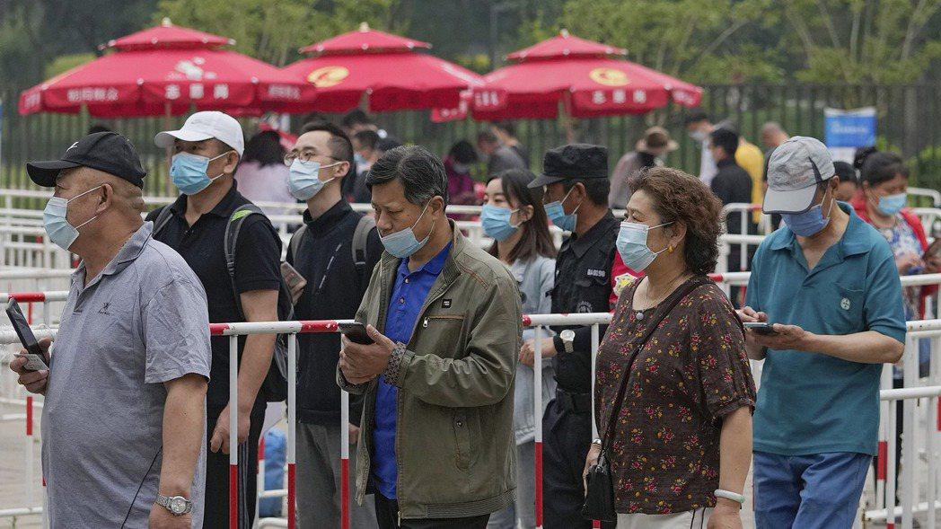中國大陸民眾排隊接種疫苗。當局對疫情維持嚴防嚴控的政策,仍未開放邊境,民眾也還每...