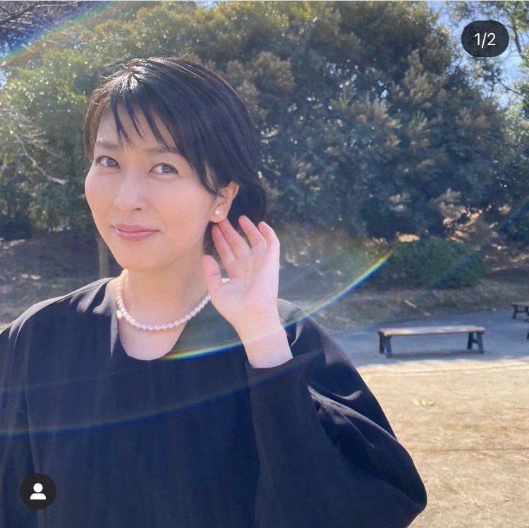 大豆田配戴日本人最喜愛的經典珍珠耳環與串鍊。圖/取自IG