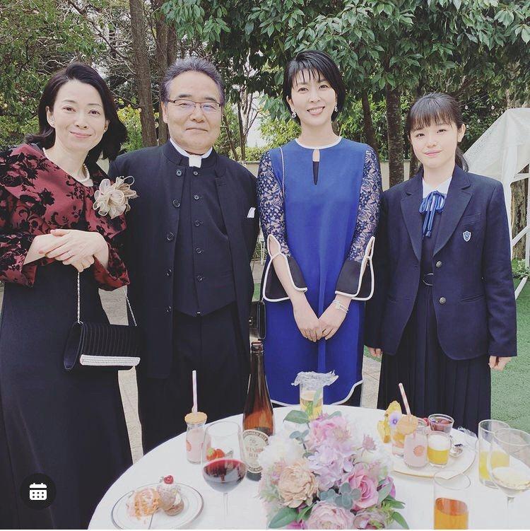 大豆田永久子出席婚禮時穿藍色洋裝搭配寶格麗的藍色系珠寶。圖/取自IG @omam...