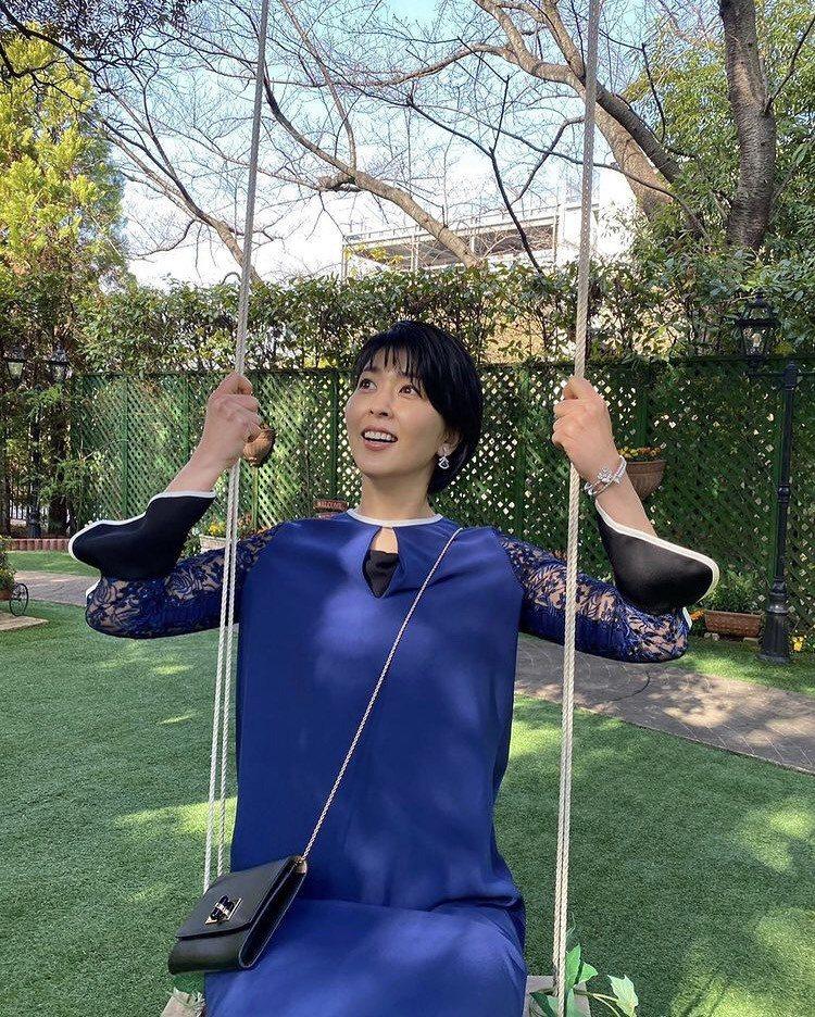 大豆田永久子出席婚禮時穿藍色洋裝搭配寶格麗的藍色系珠寶。圖/取自IG