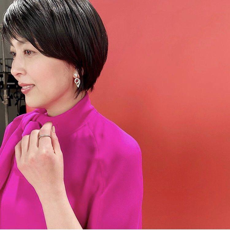 宣傳照上松隆子以紅碧璽耳環搭配桃紅色上衣。圖/取自IG @omamedatowa...