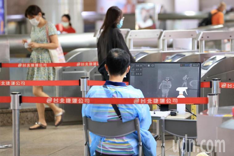 台北市衛生局今天公布一例COVID-19確診者足跡,個案在16日確診,13日曾搭...