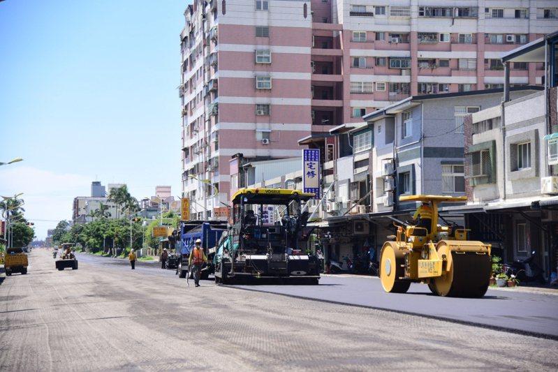 花蓮市公所獲得原民會經費協助,近日在化道路施工刨鋪柏油路面。圖/市公所提供