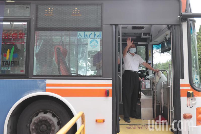 台北市快篩隊成員曝光,有台北市立聯合醫院的醫師、護理師、檢驗團隊與仁濟醫院的護理師,由台北市立聯合醫院副總院長許家禎(圖)帶隊,離去時,向媒體揮手。記者蘇健忠/攝影