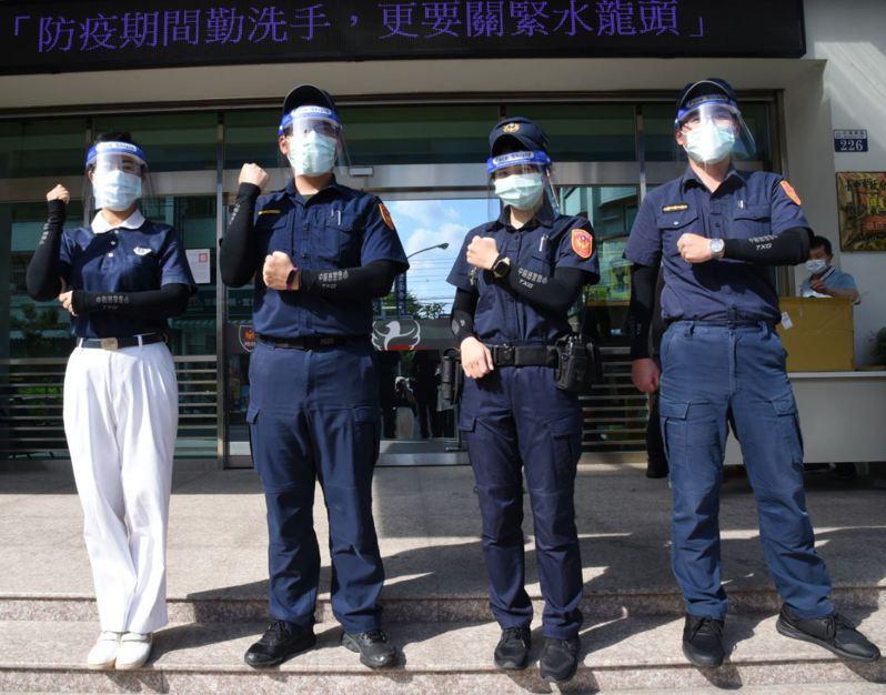 員警試戴防護面罩與抗UV涼感袖套。圖/台中市警察局大雅分局提供