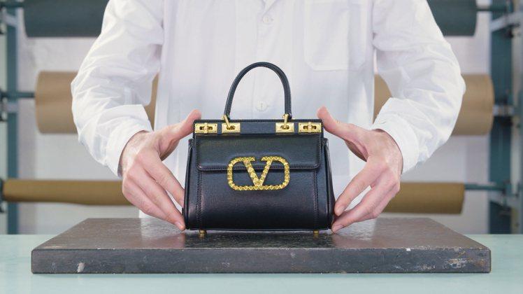 Rockstud Alcove手提包是Valentino最新推出的《Master...
