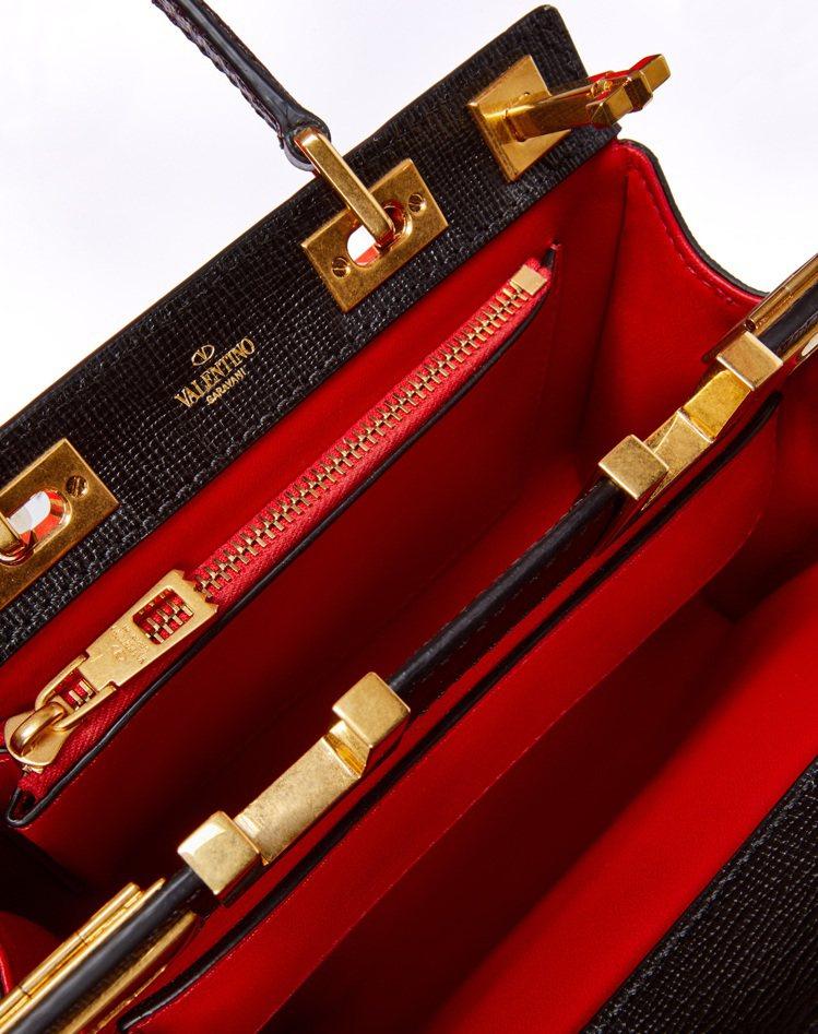 今年早秋誕生的Rockstud Alcove手提包,以立面小牛皮搭配紅色NAPA...