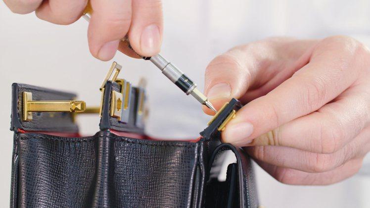 每個包款需要花匠師6小時時間,以98枚構件精心組裝而成。共有中、小、迷你三種尺寸...