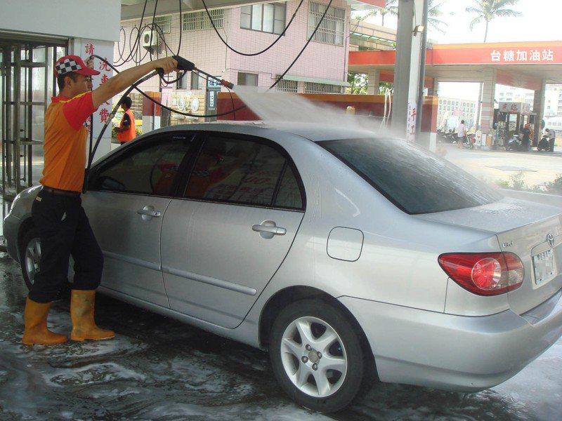 台糖台南高屏加油站恢復洗車,即日起至本月10日推半價優惠。圖/台糖油品事業部提供