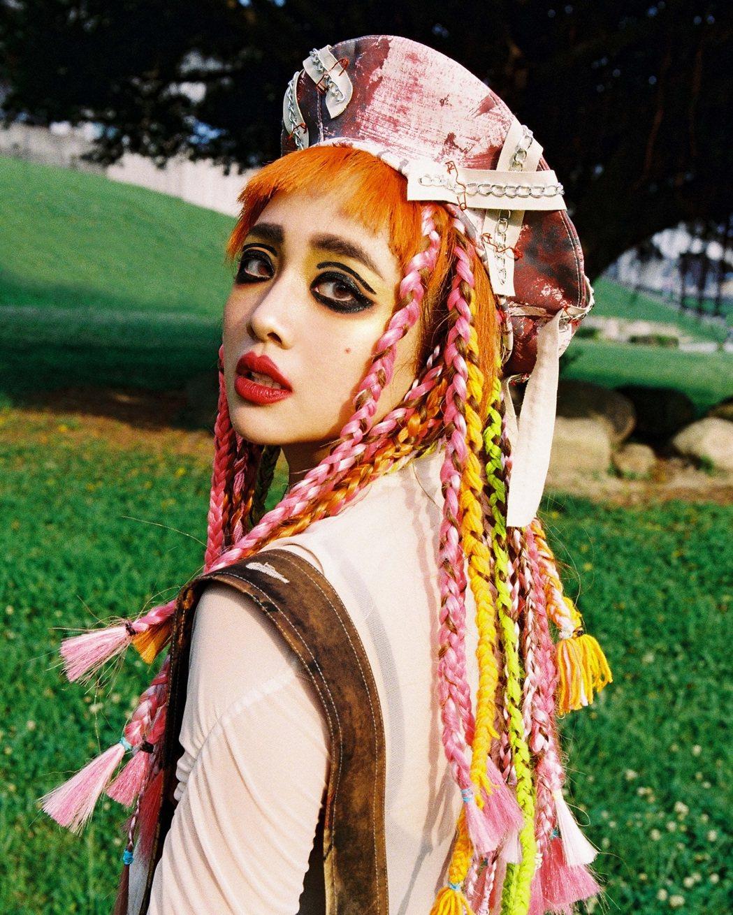 吳映潔頂著煙燻眼妝、螢光粉色系髮辮,被虧像是「安娜貝爾」。圖/avex taiw...