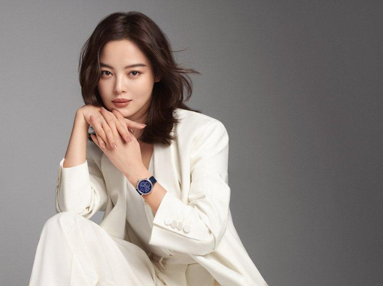 辛芷蕾近期成為萬寶龍品牌大使,並火速帶上年度新款寶曦腕表。圖 / 萬寶龍提供。