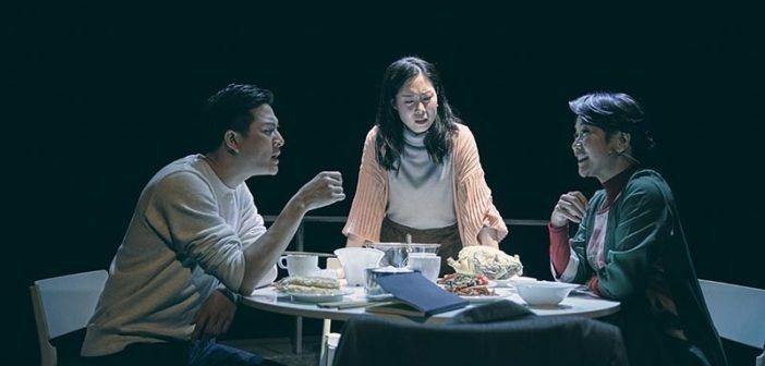 台南人劇團年初在樹林藝文中心演出「年夜飯」,劇中出現抽菸場景,經觀眾檢舉違反菸害防制法。圖為劇照。圖/台南人劇團提供