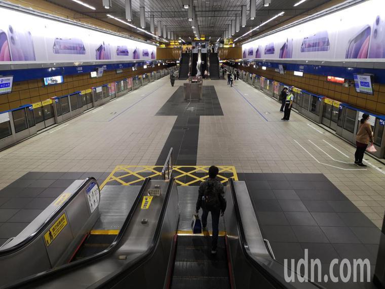 下午五點下班時刻的市府捷運站,人流今非昔比。記者邱德祥/攝影