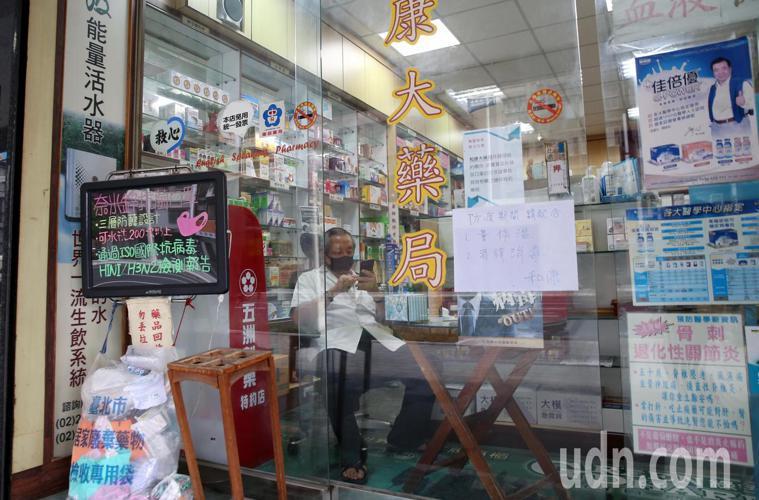藥師親自坐鎮防疫關卡。記者邱德祥/攝影