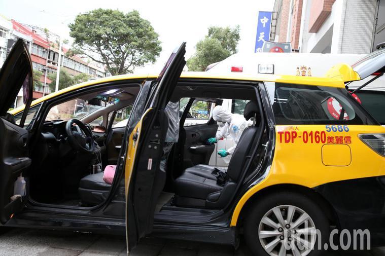 消防隊員和防疫車隊忙著清潔,很多任務等著他們。記者邱德祥/攝影