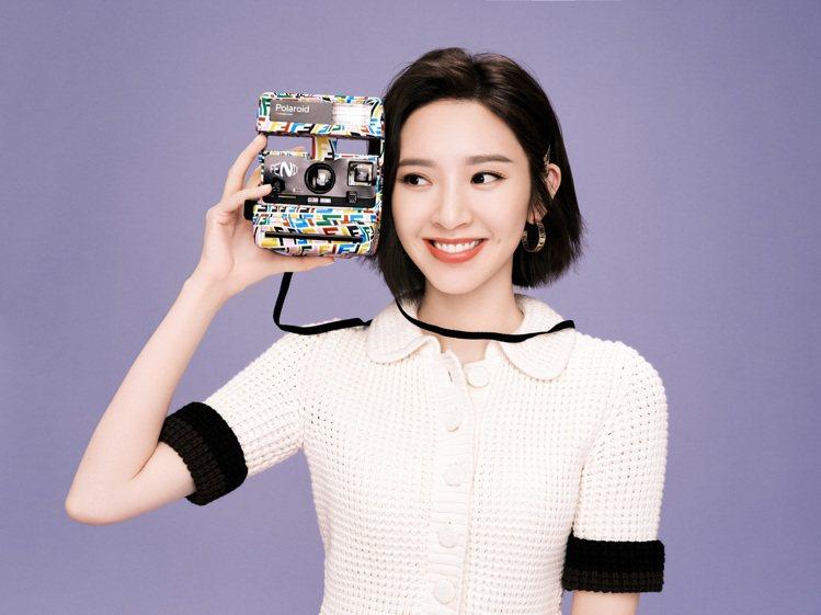 大陸女星唐藝昕手持FENDI Vertigo聯名系列Polaroid相機。圖/F...