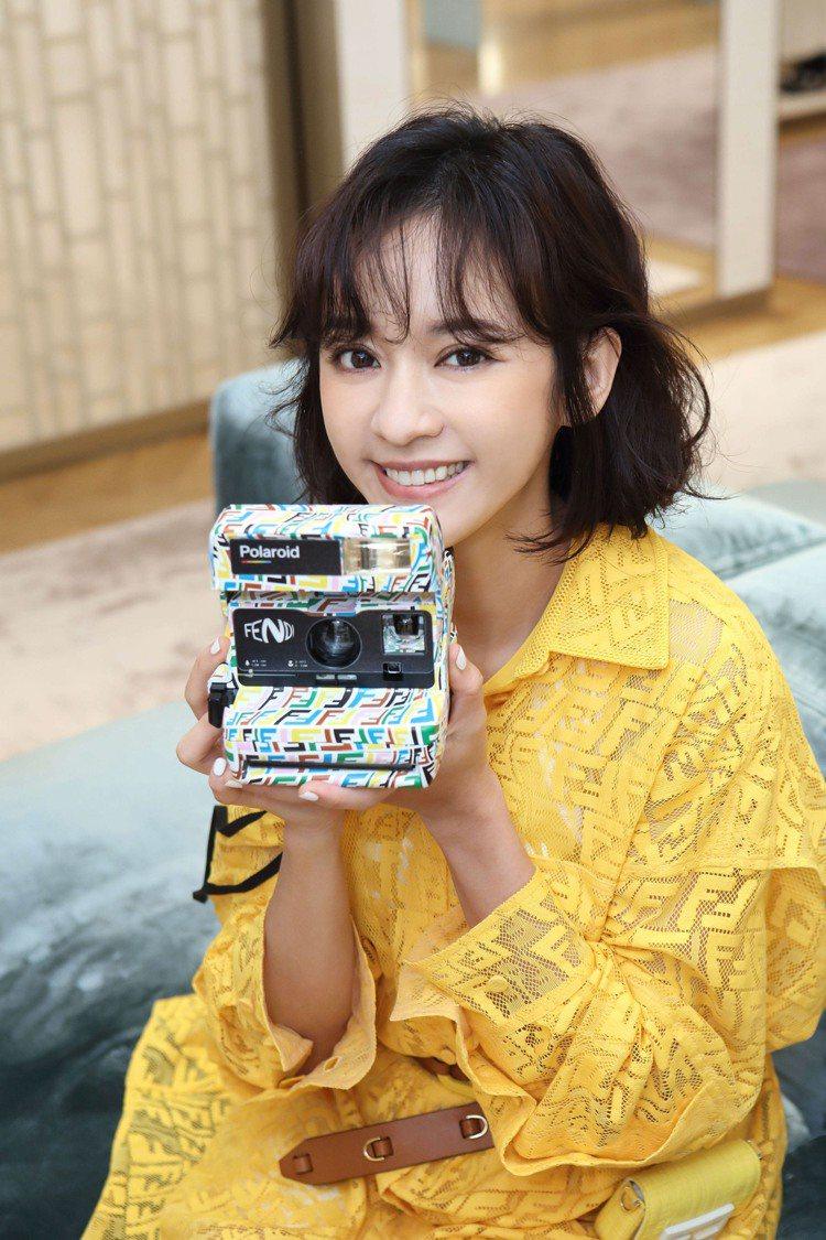 陳意涵拿著FENDI Vertigo聯名系列Polaroid相機,31,500元...