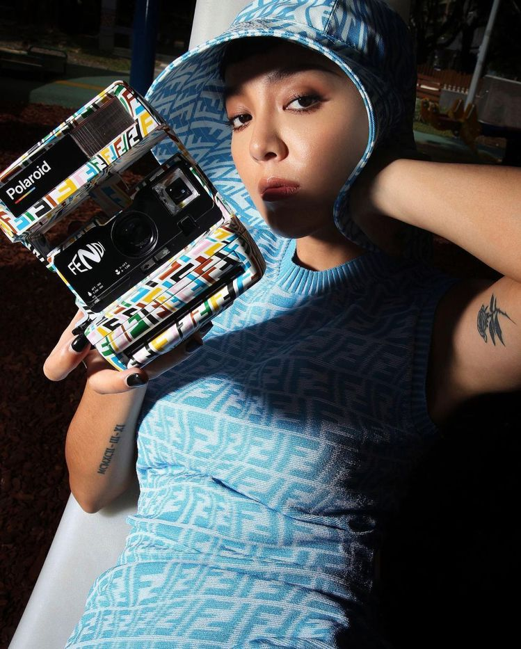 Kiwi李函手中拿著FENDI Vertigo聯名系列Polaroid相機,31...