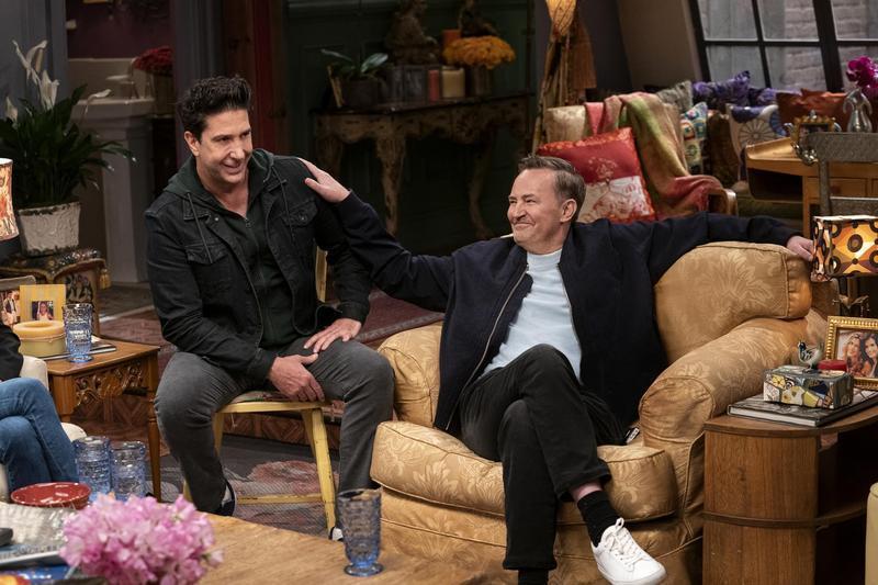 馬修派瑞(右)因演出「六人行:當我們又在一起」再受注目,卻傳出與小22歲女友分手