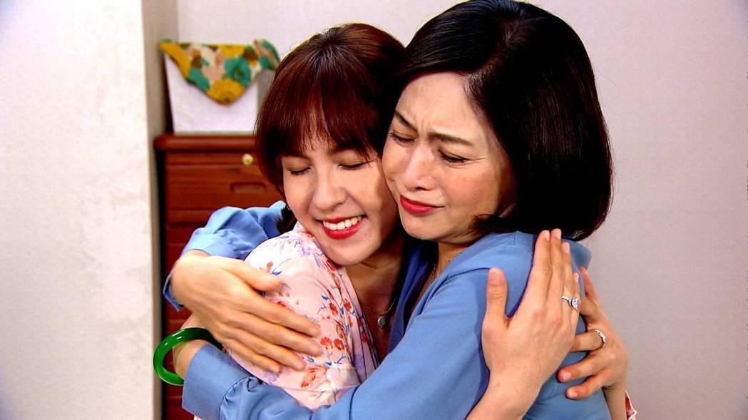 劉瑞琪(右)在劇中心疼大女兒魏蔓。圖/三立提供