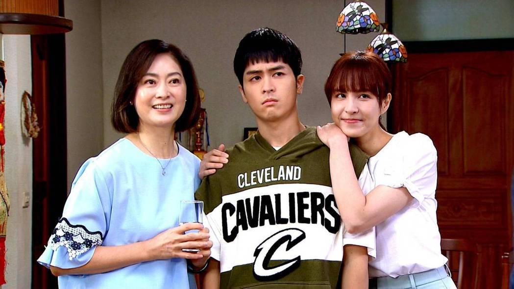 劉瑞琪(左起)在劇中對飾演兒女的林孫煜豪、魏蔓說出善意的謊言。圖/三立提供