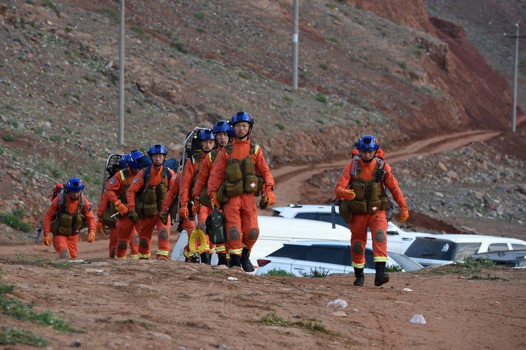 甘肅景泰山地越野賽21人遇難,圖為救援人員徒步進入事發區域搜救。(新華社)