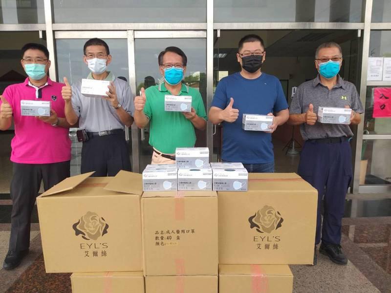 社頭鄉一家製造醫療用口罩工廠林姓負責人(右二)載著6箱醫療用口罩到田中警分局,要捐贈給第一線執行防疫工作的員警使用,讓警方覺得好暖心。圖/警方提供