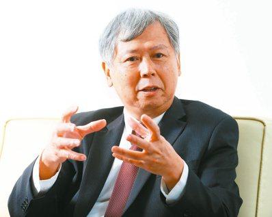 台灣港務公司董事長李賢義認為《霍金大見解》主題精彩,深入淺出說明物理、宇宙學,並...