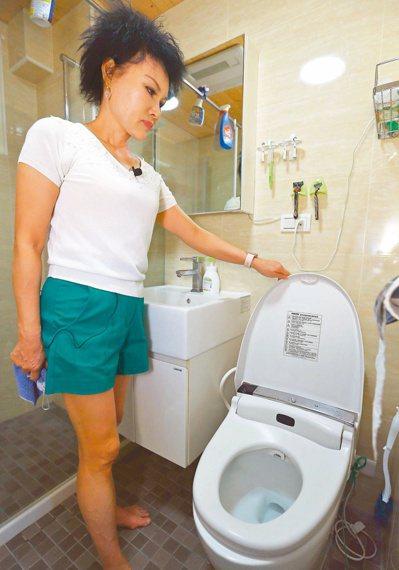 譚敦慈說,沖馬桶要蓋上馬桶蓋再沖水。記者杜建重/攝影