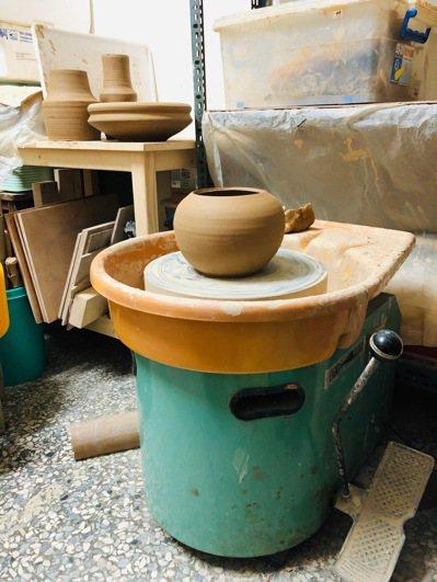 老伴是陶藝工作者,她的工作室設於鄉下小村落,地處偏僻,不用擔心群聚危險,成為最佳...