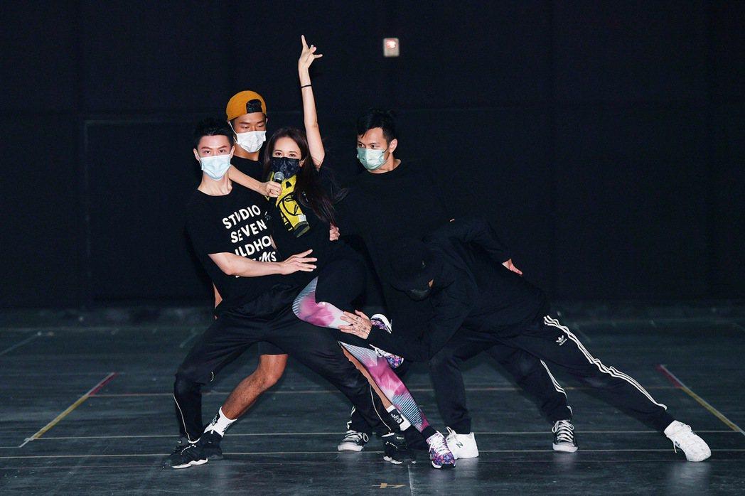 莫文蔚(中)將在演唱會帶來精彩的勁歌熱舞。圖/太陽娛樂提供
