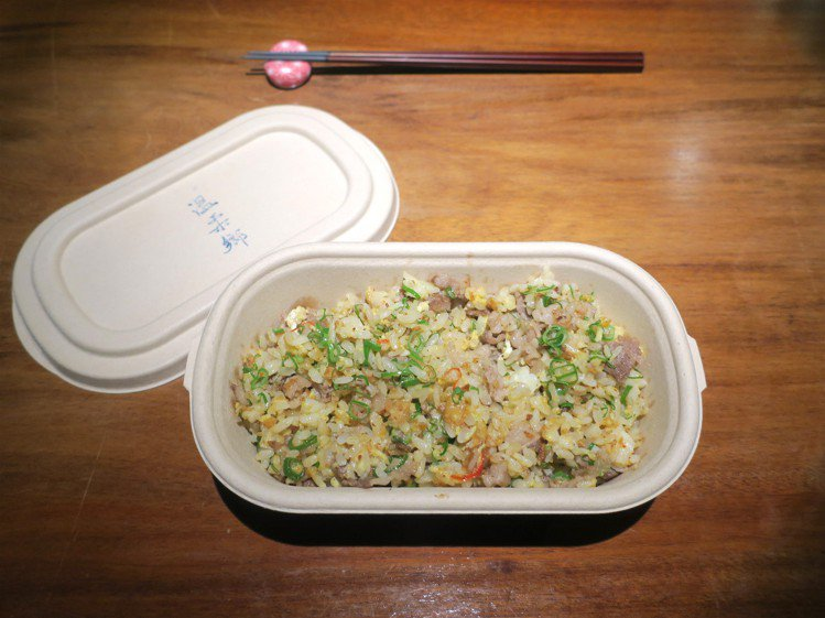 防疫期間,「溫柔鄉」改推餐飲外帶,每日更新菜單。記者釋俊哲 / 攝影。