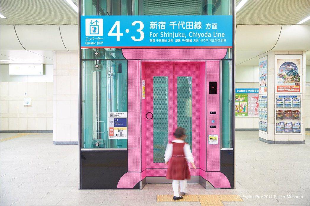 小田急線登戶站哆啦A夢標示。 圖/取自 Fujiko-Museum・原點出版提供