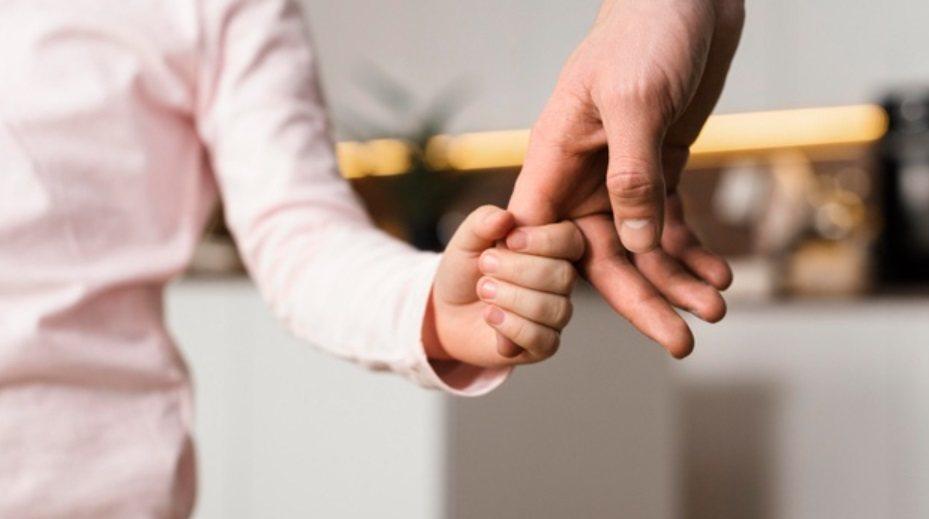 肯定孩子是「珍貴」的,因此願意用擁抱來展現愛 圖/freepik
