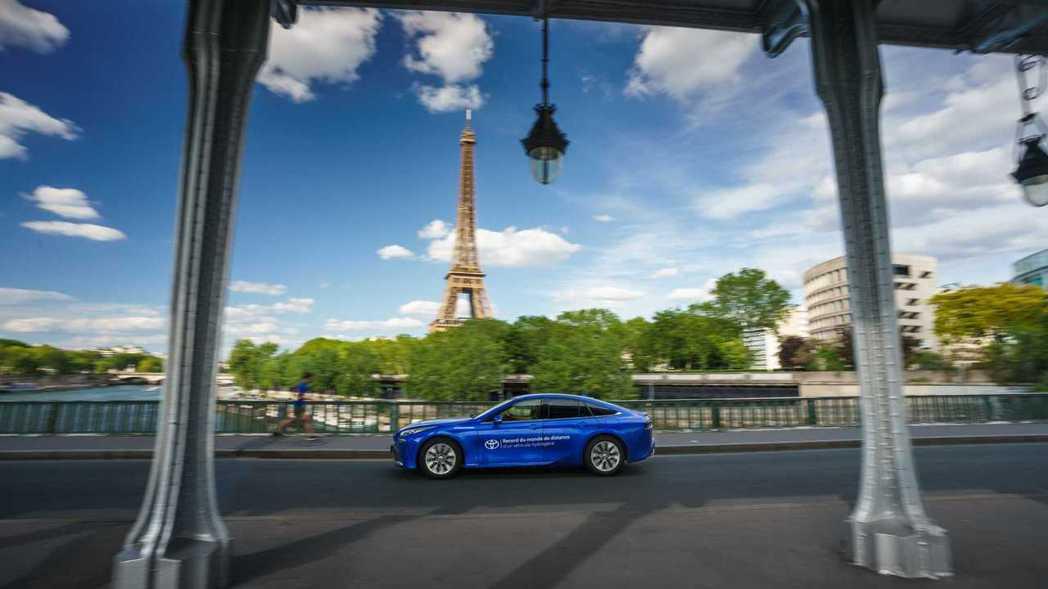 行駛於法國巴黎的Toyota Mirai。 摘自Toyota