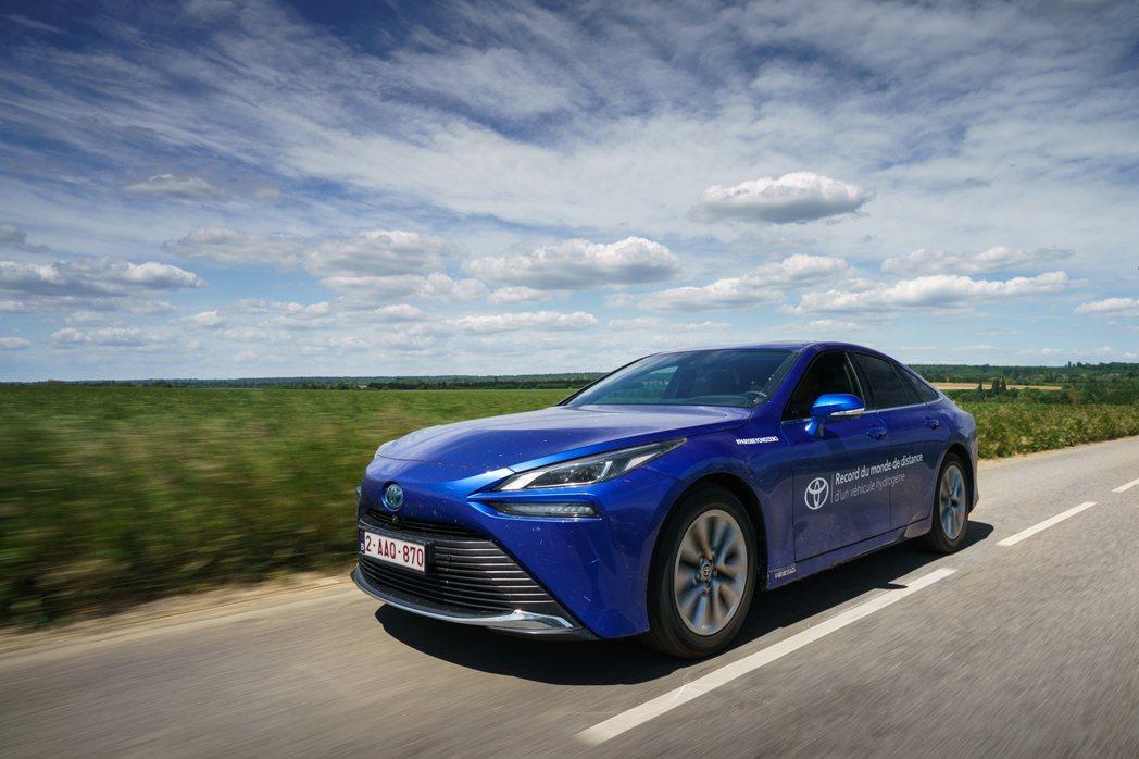 第二代Toyota Mirai成為目前世界上單趟行駛距離最長的氫燃料車。 摘自T...