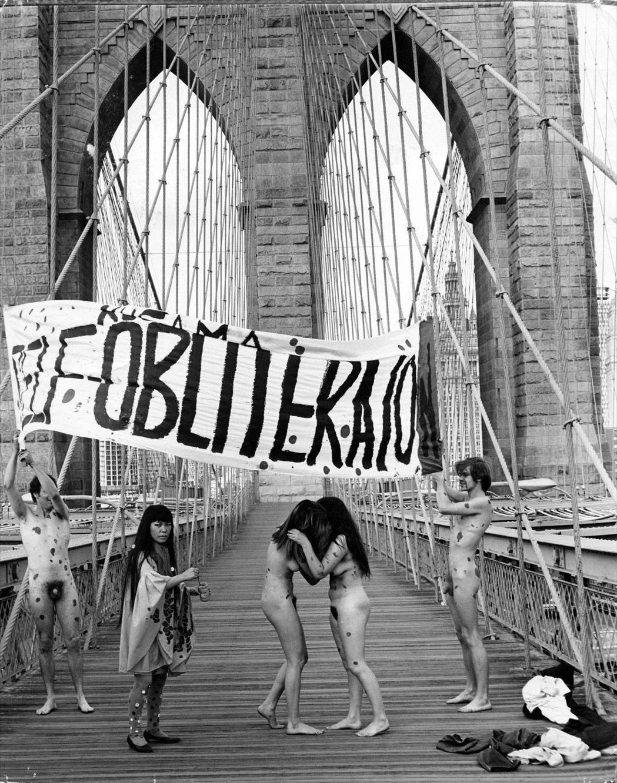 1968年草間彌生在布魯克林大橋上的〈反戰〉行動藝術。  © YAYOI KU...
