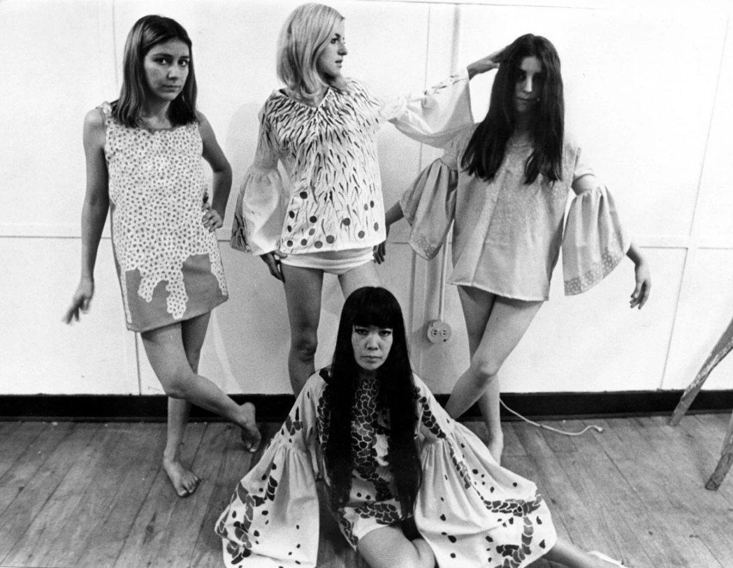 1968年,草間在紐約自己的工作室中展示服裝作品。  © YAYOI KUSA...