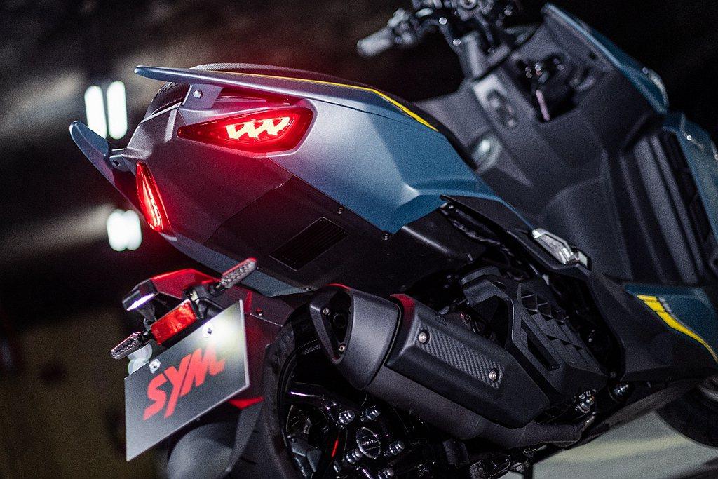 高辨識度的車尾採用「立體龍紋LED尾燈組」,獨家「PGP技術」在維持高亮度的同時...